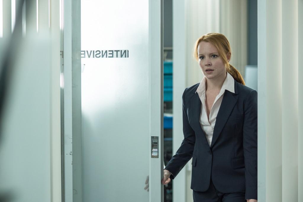 Создатель сериала Крис Картер вводит нового персонажа, приверженку научного метода агента Эйнштейн (Лорен Эмброуз), как «молодую версию» Скалли.