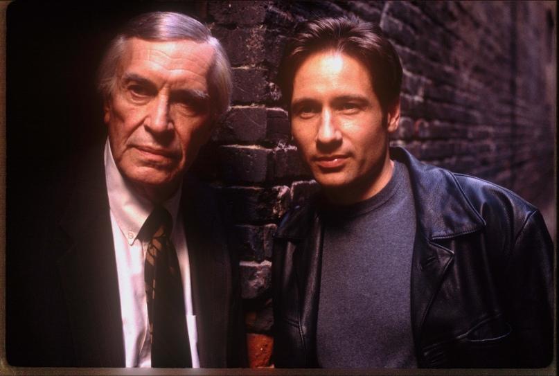 Актеры Мартин Ландау и Дэвид Духовны на съемках The X-Files: Fight The Future.